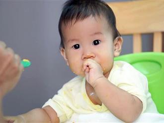 Thấy con mới 1 tuổi đi tiểu ra máu, bố mẹ đưa đi khám mới chết lặng người khi nghe chẩn đoán của bác sĩ