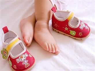Tiếc của, mẹ bắt con đi giày cũ của chị, 5 năm sau nhìn đôi chân bé mà bật khóc