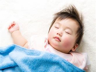 """Tối cho con nằm ngủ ngay ngắn trên giường, sáng dậy không thấy con đâu, hóa ra bé """"trốn"""" vào vị trí hiểm như này"""