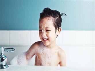 Trẻ bị quai bị có được tắm không?