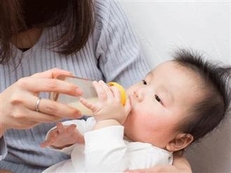 Trẻ bú bình nuốt 1,6 triệu hạt vi nhựa mỗi ngày, có nên cho trẻ sử dụng bình bú sữa?