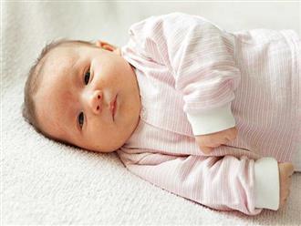 Trẻ sơ sinh hay vặn mình là do sinh lý hay bệnh lý?