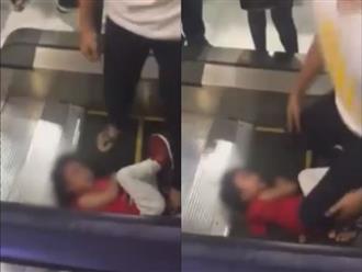 Bố xót xa ôm con gái bị kẹt tóc vào thang cuốn, đám đông bất lực đứng nhìn