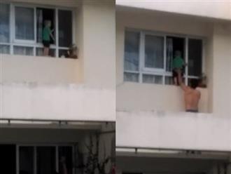 Thót tim cảnh bé trai trèo ra ngoài cửa sổ chung cư