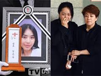 Ca sĩ Hàn qua đời vì ung thư vú, con gái nhỏ ngơ ngác trong lễ tang
