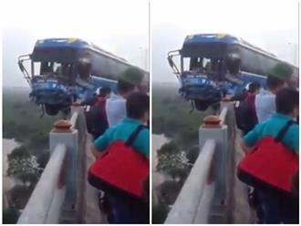 Clip hiện trường vụ xe khách 'vắt vẻo' trên cầu Thanh Trì sau va chạm khủng khiếp