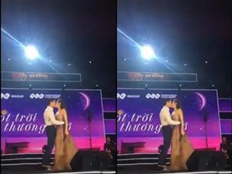 Hồ Ngọc Hà hôn Kim Lý đắm đuối ngay trên sân khấu