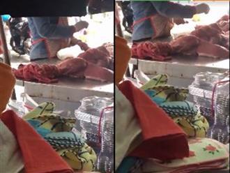 Cận cảnh tiểu thương rắc bột lạ lên thịt lợn trước khi bày bán