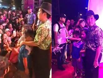Bị ném chai lên sân khấu, Trường Giang cầu xin khán giả để 'lo cho gia đình'