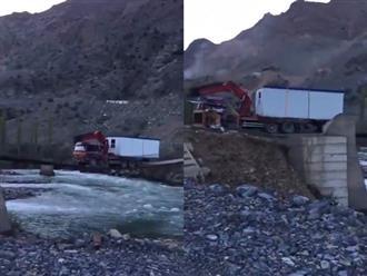 Thót tim cảnh xe tải vượt qua cây cầu mỏng manh bắc trên dòng sông nước xiết