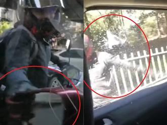'Điên tiết' vì ô tô bấm còi inh ỏi, thanh niên đi xe máy ép ôtô dừng lại và làm 'hành động lạ' khiến người đi đường kinh hãi