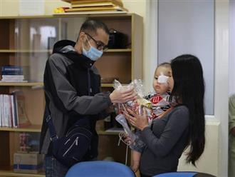 Chàng trai bị u não bán sách lấy tiền ủng hộ bệnh nhi ung thư