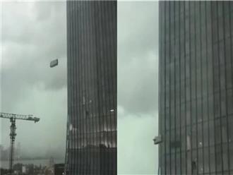 Clip: Bão giật cấp 10, hai công nhân vệ sinh bị treo lơ lửng bên ngoài tòa nhà cao tầng tử vong thương tâm