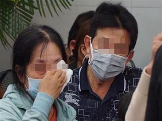 Người thân thất thần, ngã khụy tại nhà tang lễ khi nhận thi thể 8 nạn nhân trong vụ cháy kinh hoàng ở quận 11