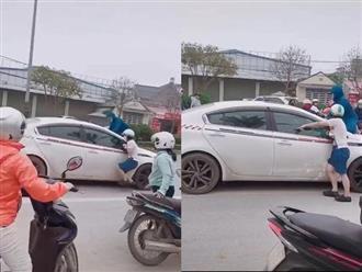 Màn đánh ghen hot nhất MXH: Chồng chở tình nhân trên xế hộp, vợ nhảy lên nắp capo xe ngăn cản, dùng gạch đập vỡ kính trước