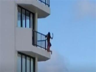 Người phụ nữ bất chấp nguy hiểm đu ra ngoài ban công, biết nguyên nhân khiến nhiều người phẫn nộ