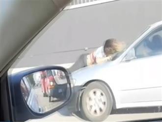 Clip: Người phụ nữ bất chấp nguy hiểm bám vào nắp ca-pô ô tô, nguyên nhân khiến mọi người nể phục