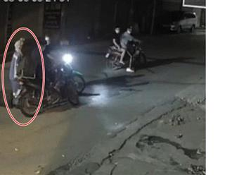 Nữ công nhân gom rác bị cướp xe máy nhận được quà bất ngờ từ công an quận Từ Liêm