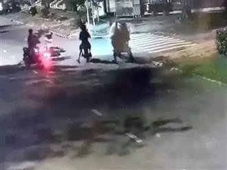 Táo tợn hai tên cướp chích điện, đạp ngã xe cướp tài sản của cô gái trẻ lúc tờ mờ sáng