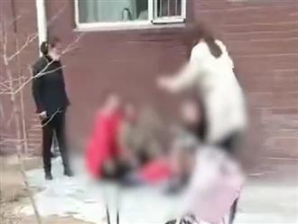 Mẹ quỳ sụp, khóc lóc thê lương khi con trai nhỏ tuổi rơi từ cửa sổ tầng 6 chung cư