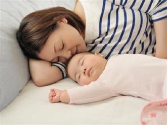 Khi dỗ con ngủ mẹ nhớ tránh xa những việc này kẻo gây ảnh hưởng đến sự phát triển trí não và chiều cao của con trẻ