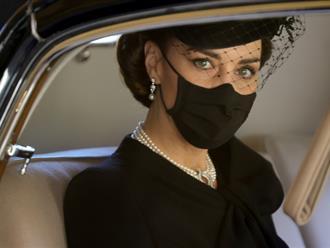 """Điều ít biết đằng sau bức ảnh """"gây bão"""" MXH, đi vào lịch sử của Công nương Kate tại tang lễ Hoàng tế Philip"""