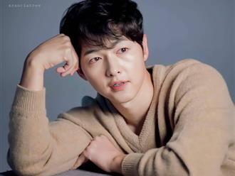 Song Joong Ki lần đầu lộ diện sau khi cách ly, đi tiêm vaccine COVID-19 với biểu cảm đáng lo hậu bê bối xây dựng trái phép