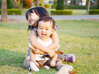 8 cách giúp trẻ vượt qua sự ghen tị với anh chị em trong nhà