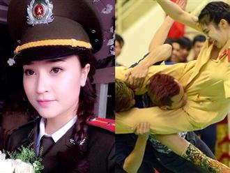 Nữ sinh cảnh sát bay người kẹp cổ 3 nam thanh niên: Kỹ năng thượng thừa, nhìn tới nhan sắc còn choáng hơn