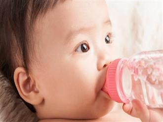 Hệ lụy khi cho con dưới 6 tháng tuổi uống nước