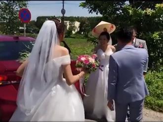 Vô tình gặp nhau trên đường, hai cô dâu có hành động bất ngờ khiến dân tình hò reo thích thú