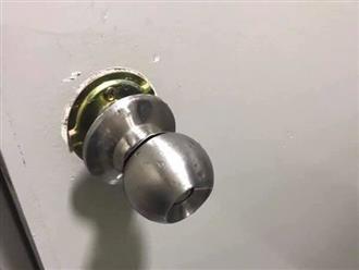 'Tai nạn' hy hữu với ổ khóa tròn, 3 mẹ con mắc kẹt và ngất lịm trong nhà tắm suốt 7 tiếng đồng hồ