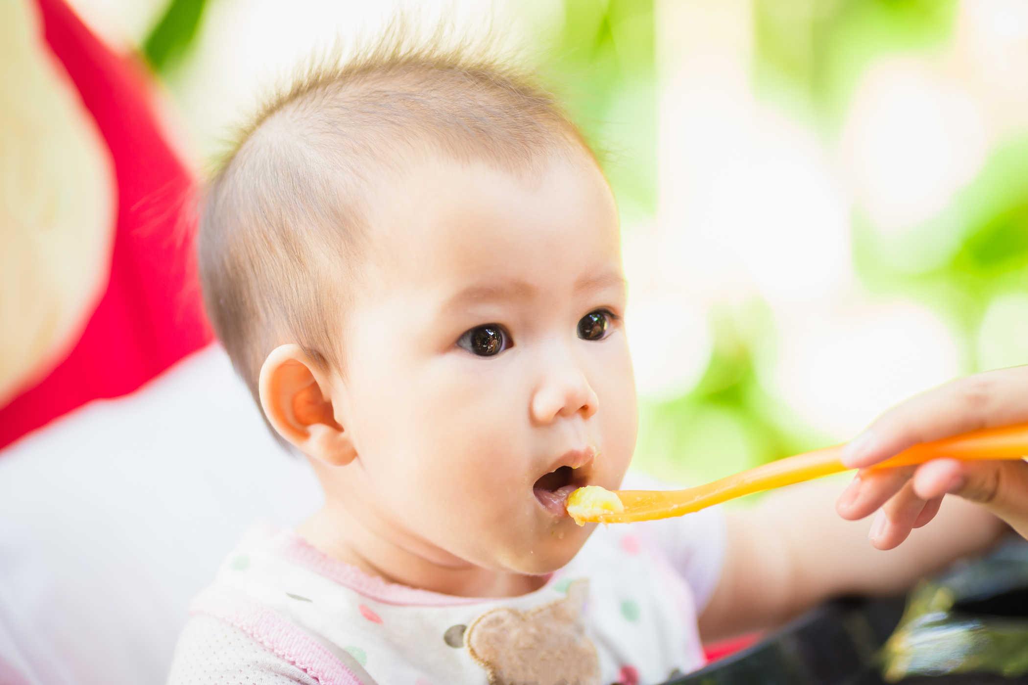3 dấu hiệu của trẻ rất dễ làm các bậc phụ huynh hiểu lầm rằng con mình đã có thể bắt đầu ăn dặm