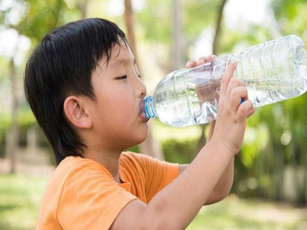 3 tín hiệu bất thường khi trẻ uống nước chứng tỏ bé đang gặp nguy hiểm, cha mẹ cần thận trọng