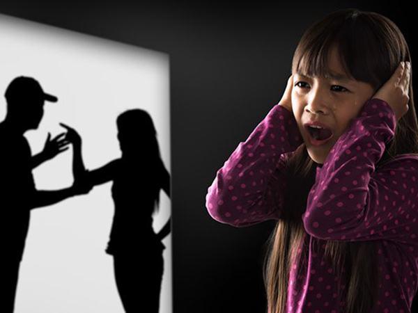 4 kiểu cha mẹ khiến con lớn lên trong bất hạnh, tự ti, không có một giây hạnh phúc