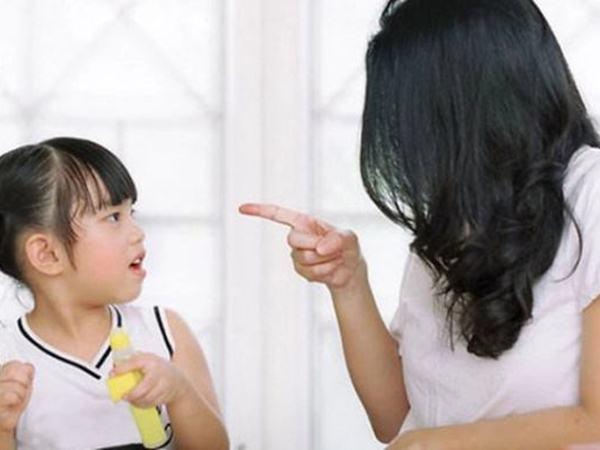 4 sai lầm của cha mẹ khiến con tự ti, nhút nhát khi trưởng thành