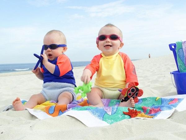 5 kỹ năng cha mẹ cần biết khi cho con đi chơi biển