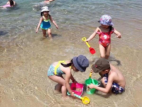 5 lý do cha mẹ nên cho trẻ nghịch nước ngay hôm nay