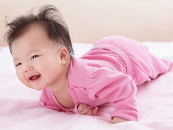 8 hoạt động thú vị vừa giúp bé vui chơi, vừa tập cho trẻ sơ sinh nằm sấp để nhanh cứng cáp - Ảnh 1