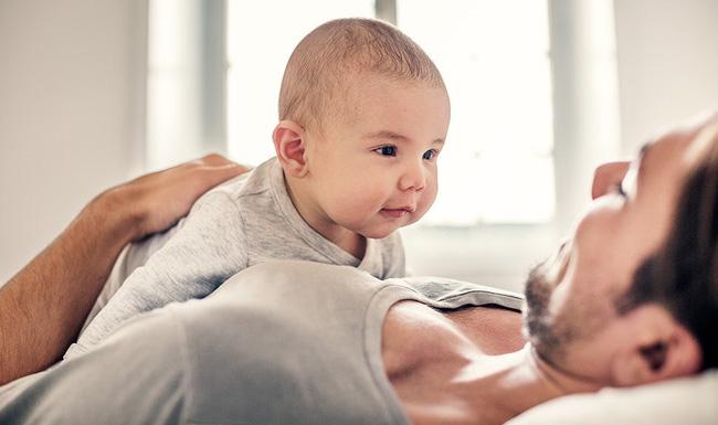 8 hoạt động thú vị vừa giúp bé vui chơi, vừa tập cho trẻ sơ sinh nằm sấp để nhanh cứng cáp - Ảnh 2