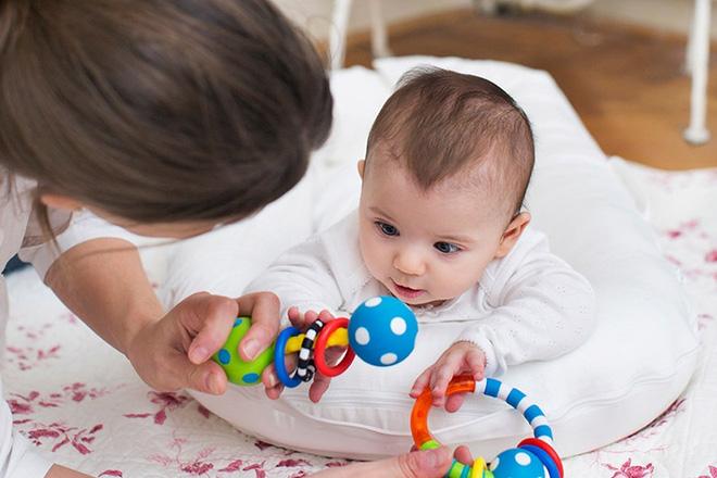 8 hoạt động thú vị vừa giúp bé vui chơi, vừa tập cho trẻ sơ sinh nằm sấp để nhanh cứng cáp - Ảnh 3