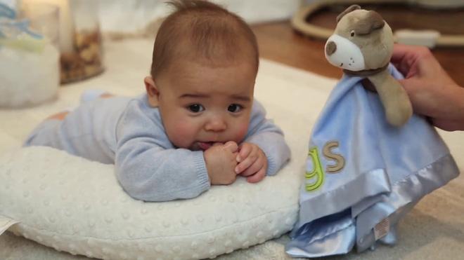 8 hoạt động thú vị vừa giúp bé vui chơi, vừa tập cho trẻ sơ sinh nằm sấp để nhanh cứng cáp - Ảnh 4