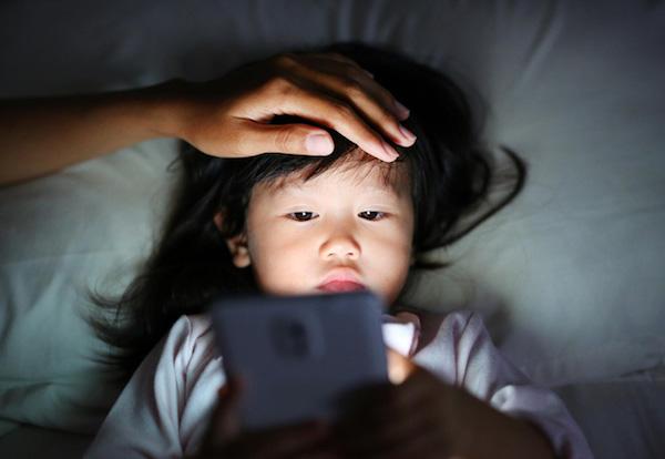 Con gái 10 tuổi cứ nửa đêm lại 'lẻn' ra phòng khách ngủ, mẹ kiểm tra camera mới 'toát mồ hôi' khi chứng kiến sự thật không ngờ tới - Ảnh 4