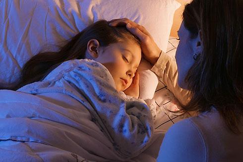 Con gái 10 tuổi cứ nửa đêm lại 'lẻn' ra phòng khách ngủ, mẹ kiểm tra camera mới 'toát mồ hôi' khi chứng kiến sự thật không ngờ tới - Ảnh 5
