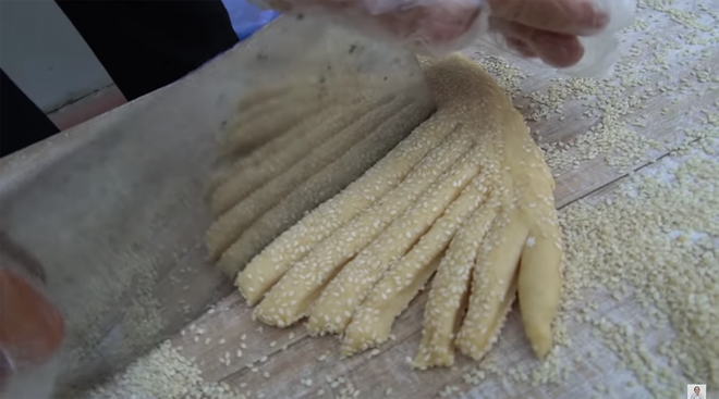 Chưa hết 'hoảng hồn' với món bánh tiêu phiên bản 'kinh dị' của Bà Tân Vlog, dân mạng lại phát hiện thêm sự cố mất vệ sinh - Ảnh 4