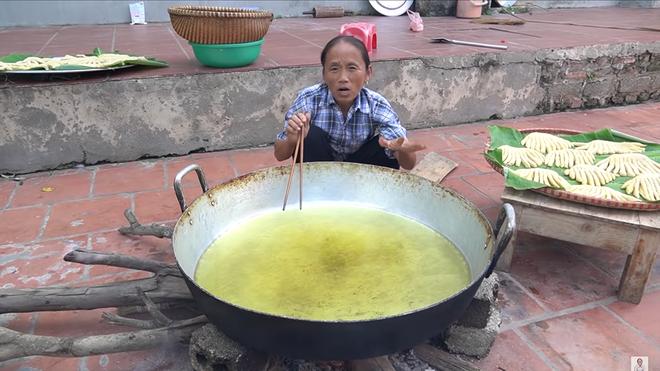 Chưa hết 'hoảng hồn' với món bánh tiêu phiên bản 'kinh dị' của Bà Tân Vlog, dân mạng lại phát hiện thêm sự cố mất vệ sinh - Ảnh 5