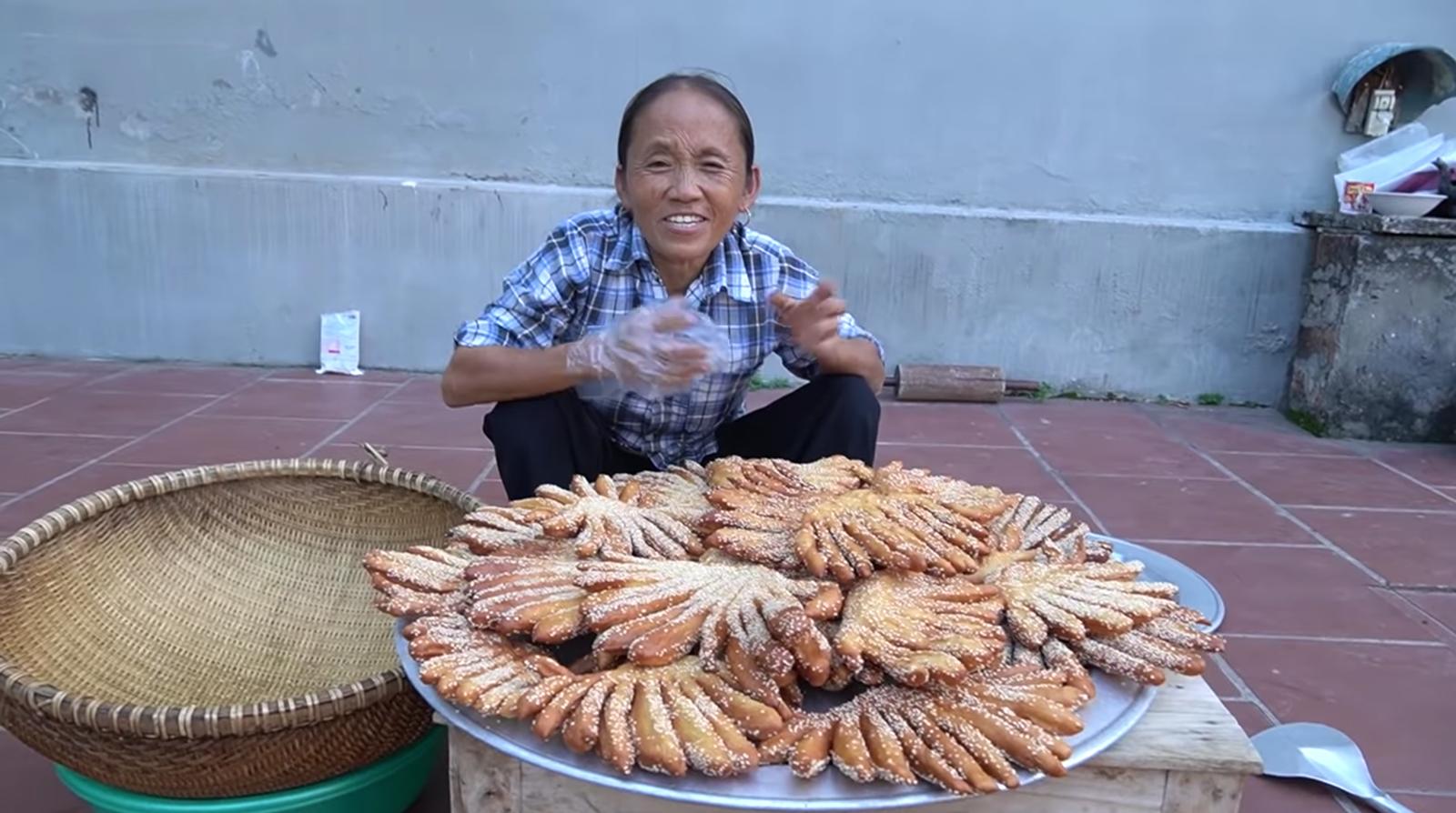Chưa hết 'hoảng hồn' với món bánh tiêu phiên bản 'kinh dị' của Bà Tân Vlog, dân mạng lại phát hiện thêm sự cố mất vệ sinh - Ảnh 7