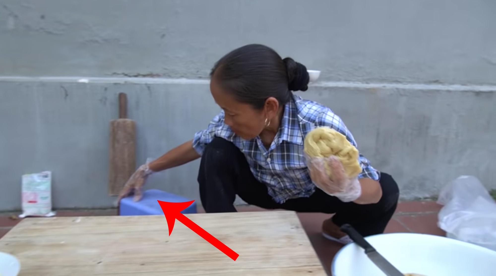 Chưa hết 'hoảng hồn' với món bánh tiêu phiên bản 'kinh dị' của Bà Tân Vlog, dân mạng lại phát hiện thêm sự cố mất vệ sinh - Ảnh 8