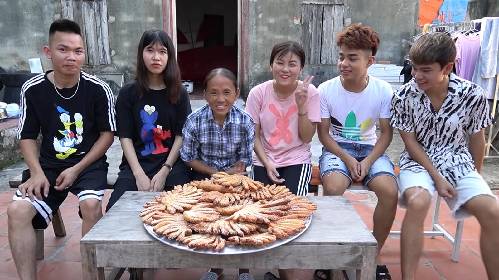 Chưa hết 'hoảng hồn' với món bánh tiêu phiên bản 'kinh dị' của Bà Tân Vlog, dân mạng lại phát hiện thêm sự cố mất vệ sinh - Ảnh 9