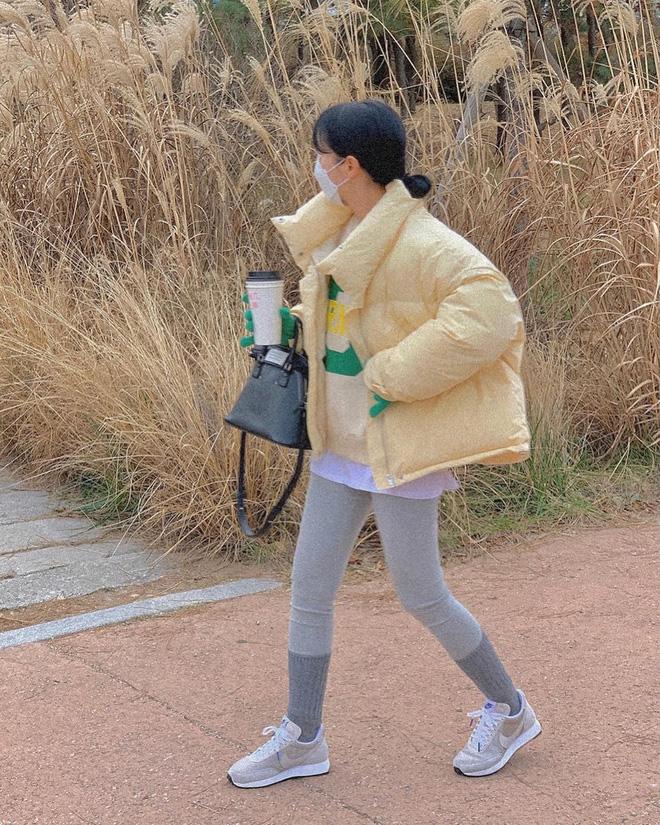 """Áo phao ấm là thế nhưng cũng dễ làm tụt hạng phong cách, bạn nên """"bỏ túi"""" 5 công thức mix đồ đẹp và không dìm dáng này - Ảnh 2"""